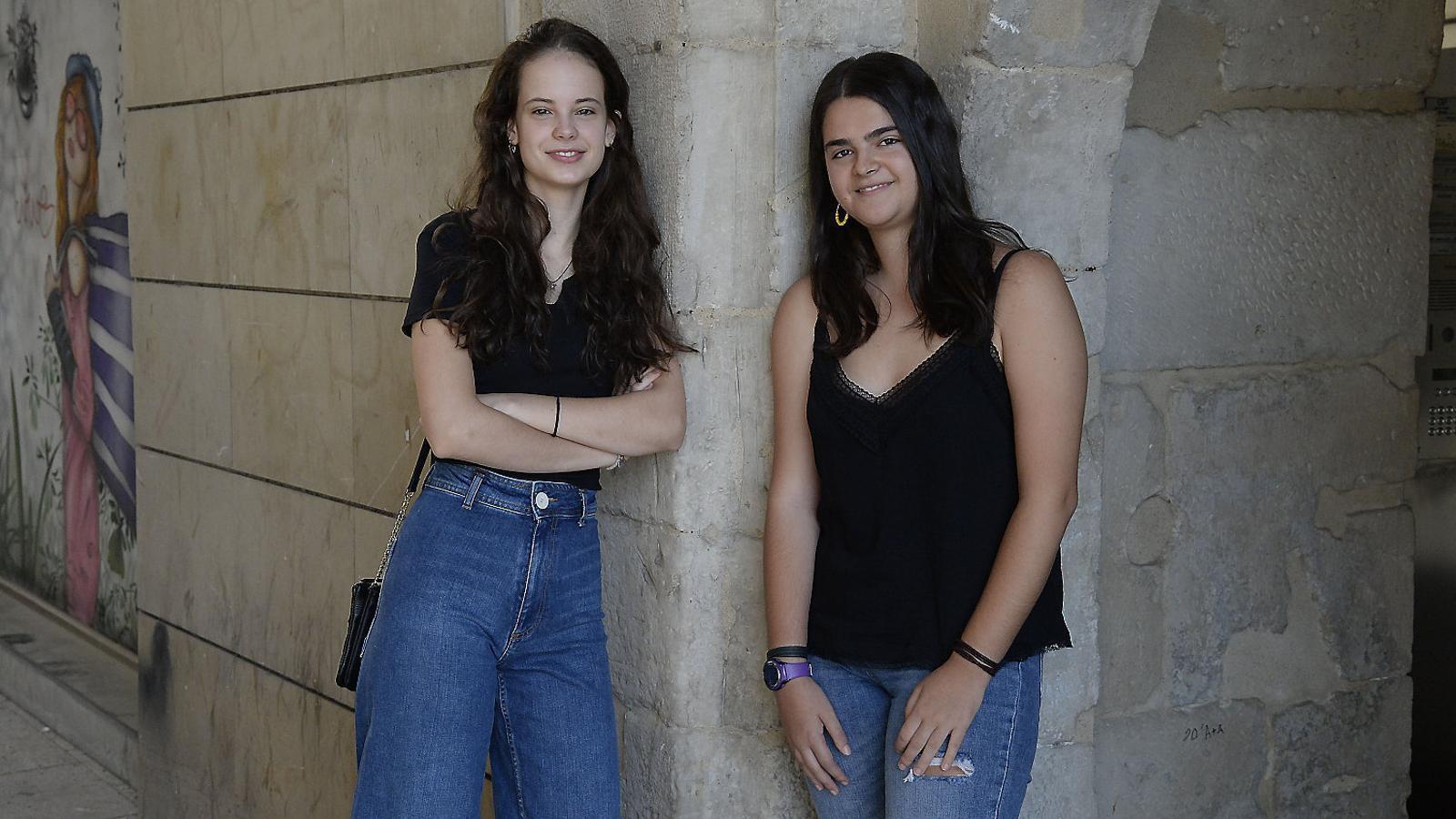 La Clara Vidal -esquerra-, la Blau Manau i el Benet Fité, de l'institut Samuel Gili i Gaya, han tret un 9,7 a les PAU.