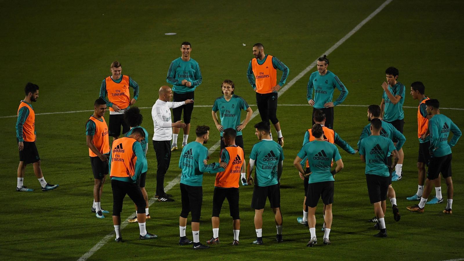 Zinedine Zidane dirigint l'últim entrenament previ al Mundial de Clubs