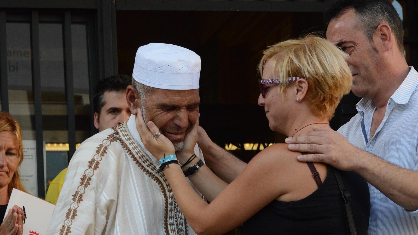 Els pares del menor de Rubí mort en l'atac s'abracen emocionats a l'imam del municipi / JORDI GARCIA