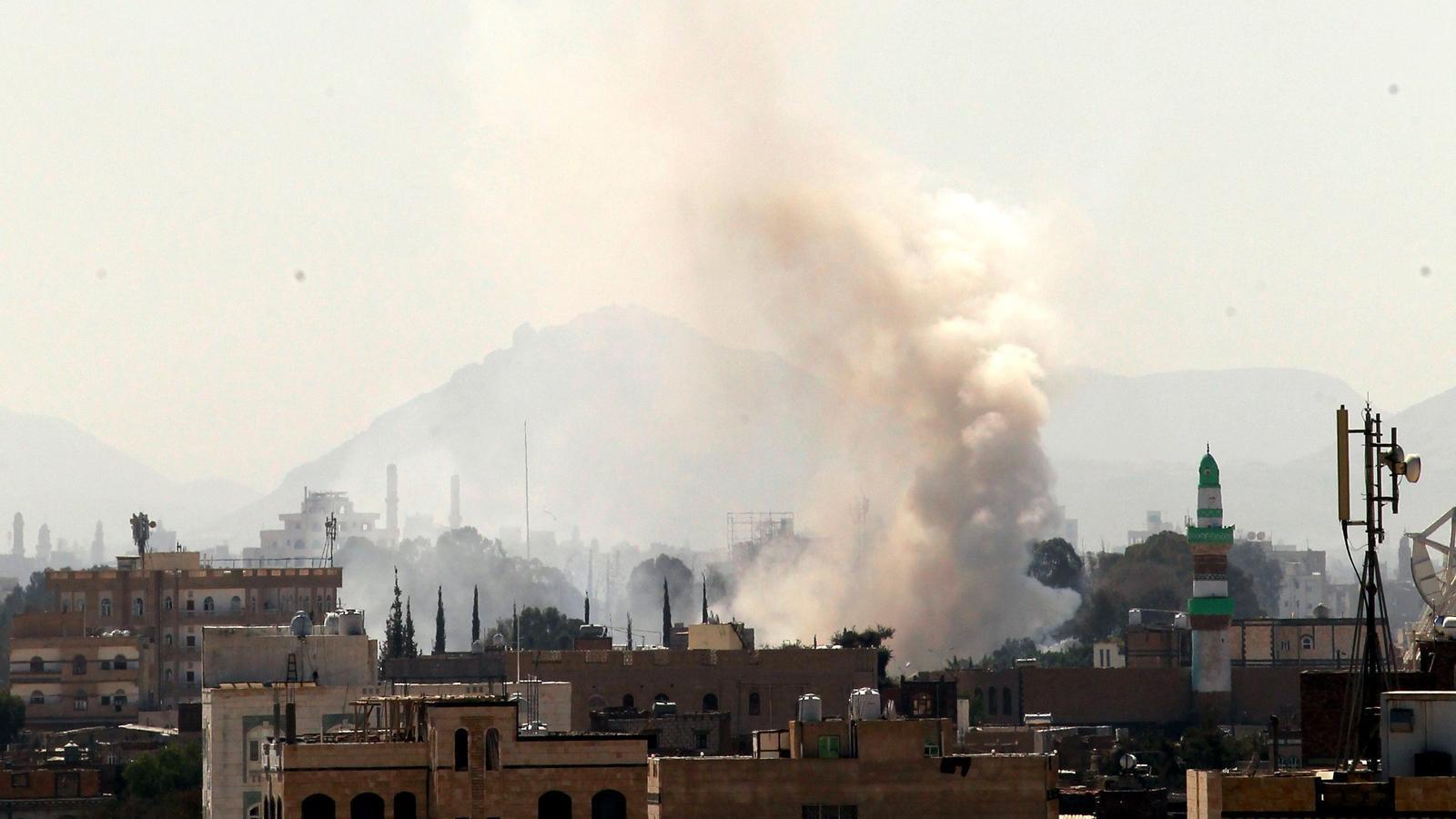 Una columna de fum s'eleva cap al cel des d'un magatzem d'armes de rebels hutis a Sanà, Iemen, el passat divendres 15 de desembre