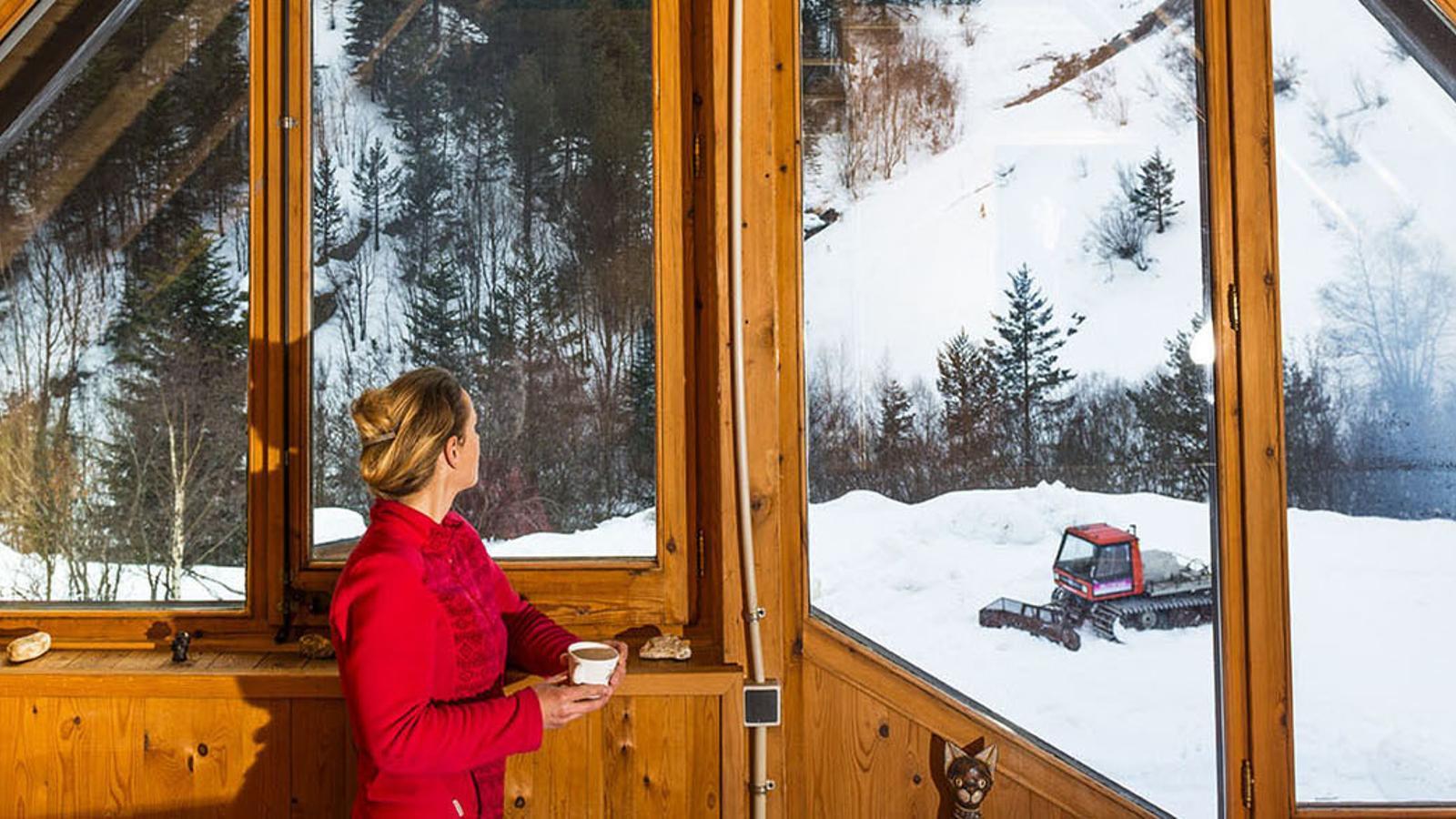 Vistes hivernals des de l'interior del refugi del Fornet