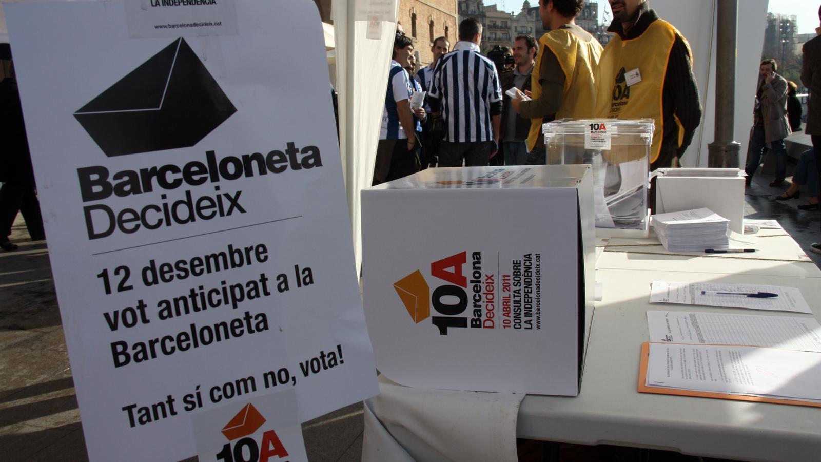 Una de les urnes habilitades a la Barcelona per recollir el vot anticipat