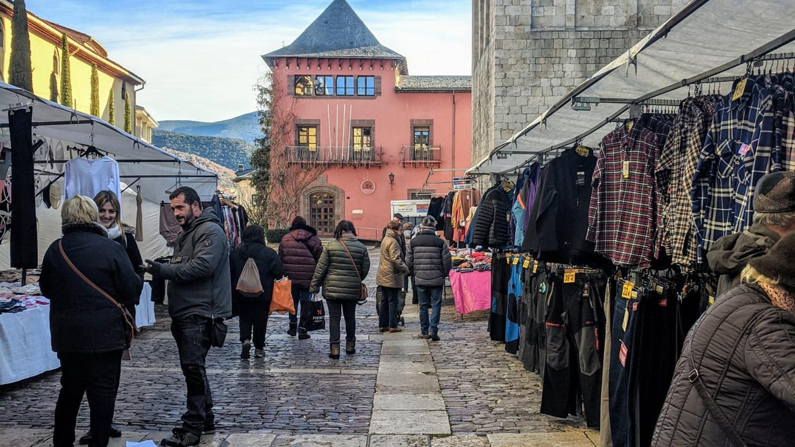 Parades de roba al mercat de la Seu. / AJUNTAMENT DE LA SEU D'URGELL