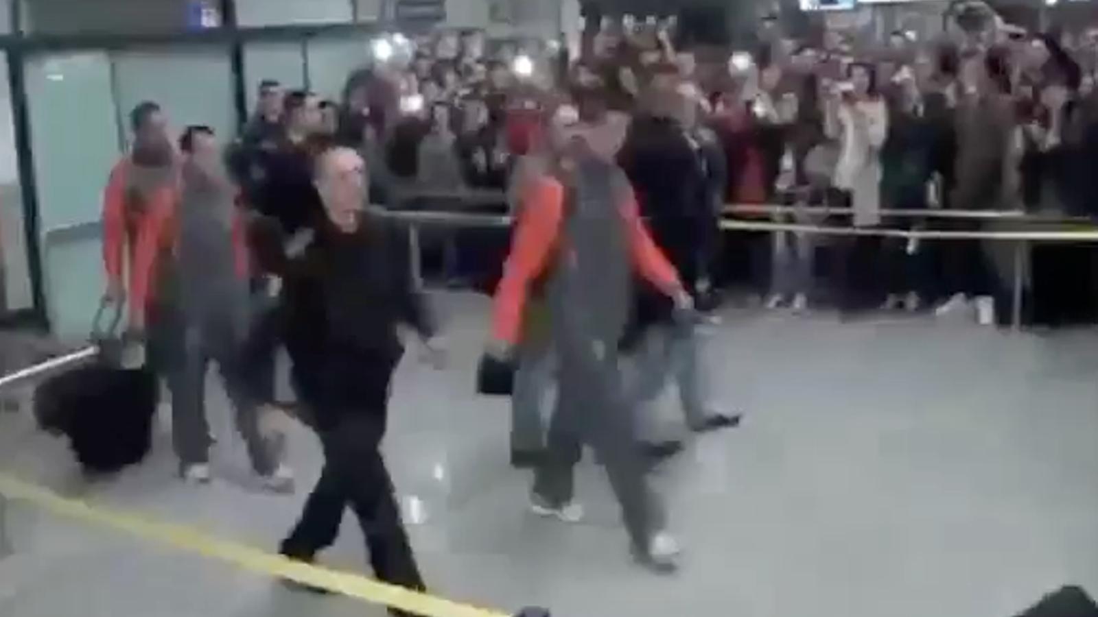 L'arribada de la selecció portuguesa a l'aeroport de Bòsnia, i Cristiano Ronaldo és rebut amb crits de Messi, Messi.