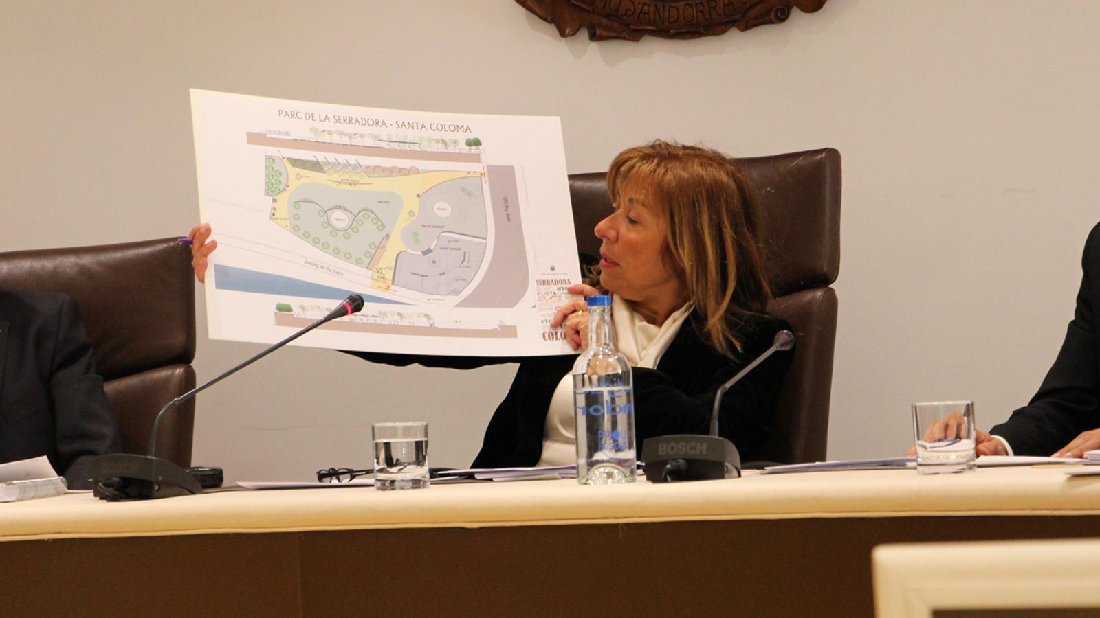 La cònsol major d'Andorra la Vella, Conxita Marsol, mostra el plànol de com quedarà conformat el Parc de la Serradora. / M. P. (ANA)