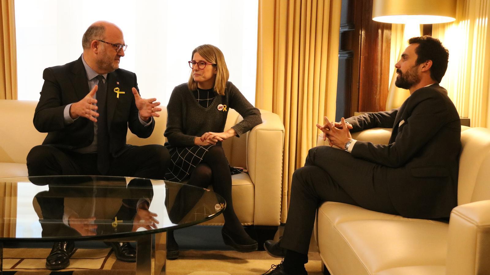 El president del Parlament, Roger Torrent, reunit amb els representants de JxCat, Eduard Pujol i Elsa Artadi