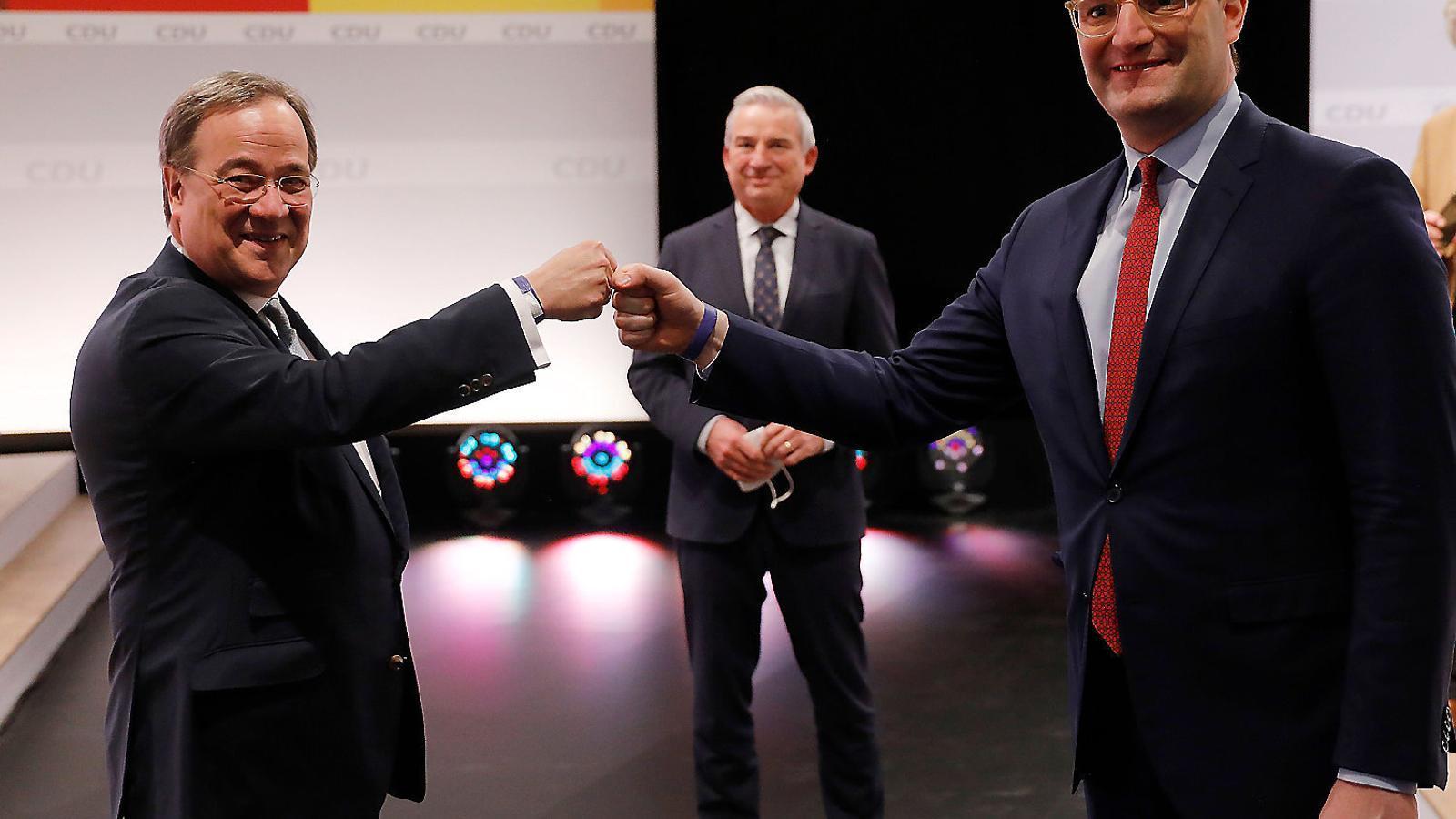El nou president de la CDU, Armin Laschet (esquerra), celebrant la victòria amb el seu número dos, Jens Spahn.