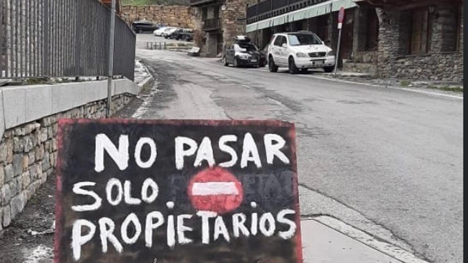 Un dels cartells d'Os de Civís. / ARA Andorra