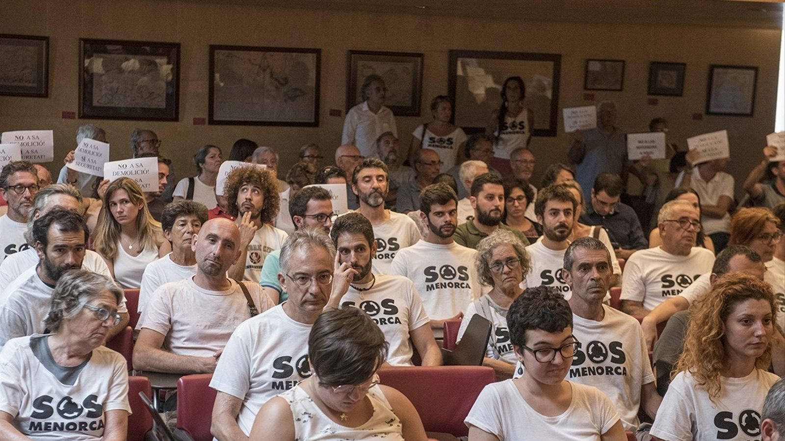 El saló de plens del Consell Insular s'ha omplert de ciutadans a favor i detractors del projecte exposat per l'equip de govern.