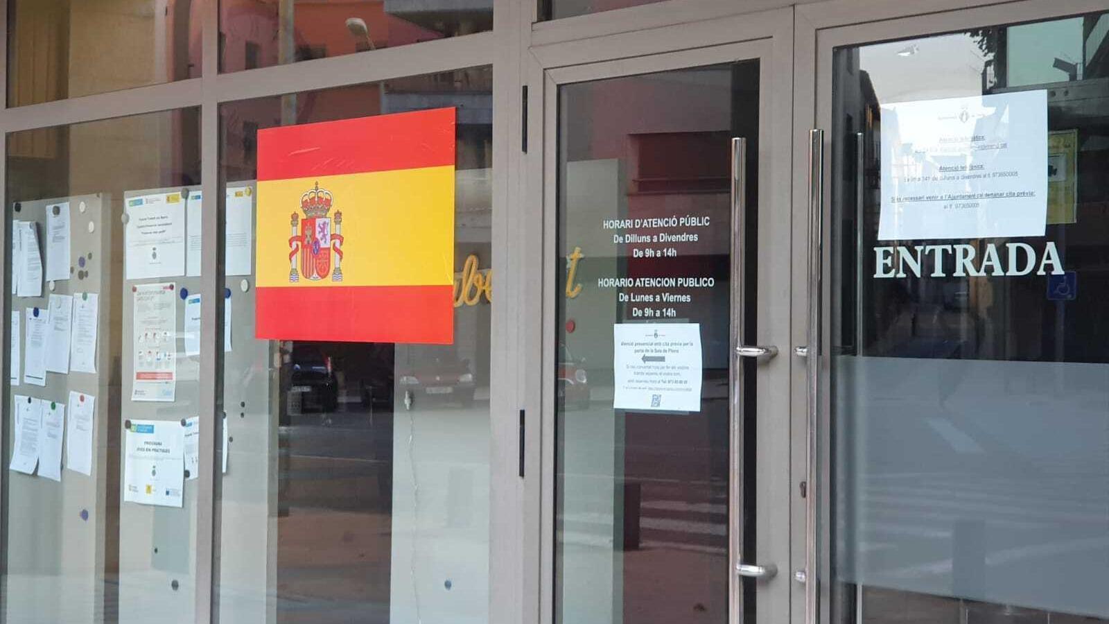 Enganxen una bandera espanyola als vidres de l'Ajuntament de Tremp. / AJUNTAMENT DE TREMP