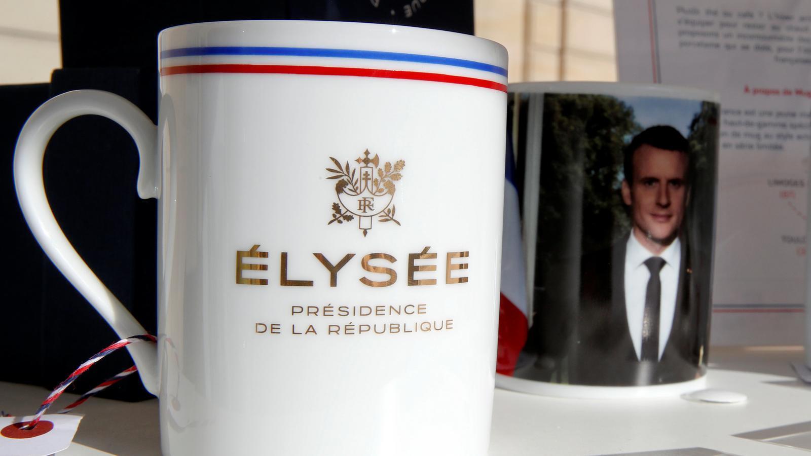 Tasses amb el segell de la República i la cara de Macron, en venda a la web