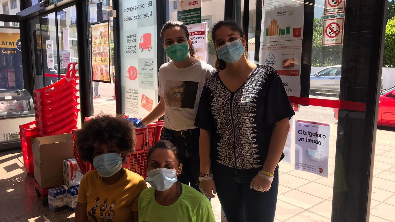 Algunes de les voluntàries que han participat en la primera campanya de recollida d'aliments.