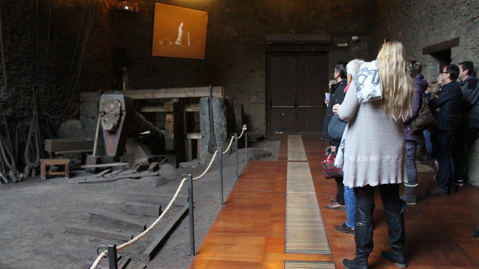 Un moment de la visita dels assistents al curs d'habilitació d'informadors turístics a l'interior de la Farga Rossell. / L. M. (ANA)