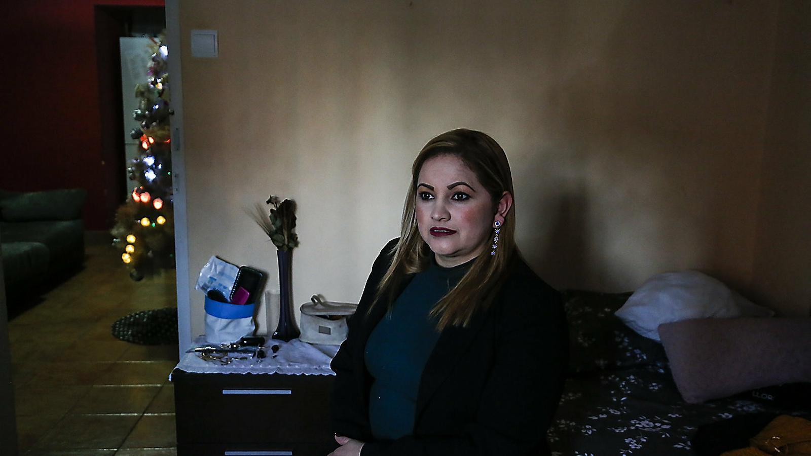 Sandra Ulloa en una de les dues habitacions del pis on viu de lloguer a Nou Barris.