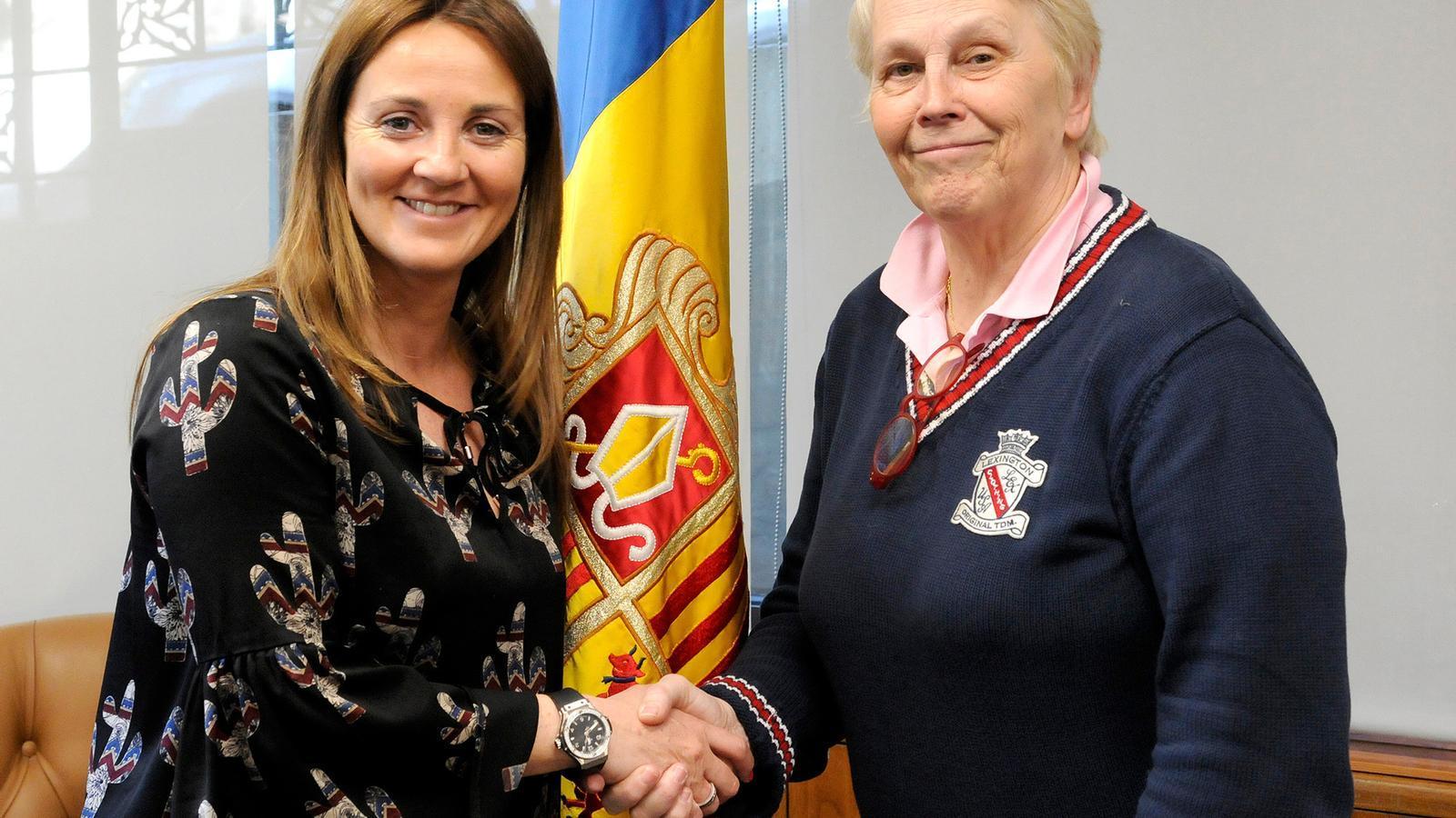 La ministra de Cultura, Joventut i Esports, Olga Gelabert, amb la directora artística del Cor, Catherine Metayer. / SFG