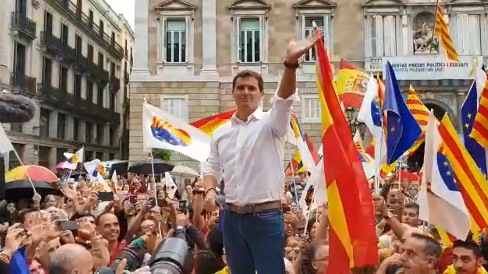 El president de Cs, Albert Rivera, aclamat per centenars de manifestants espanyolistes