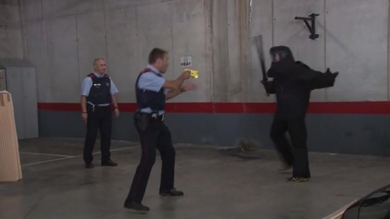 Mossos practicant amb les pistoles elèctriques Taser