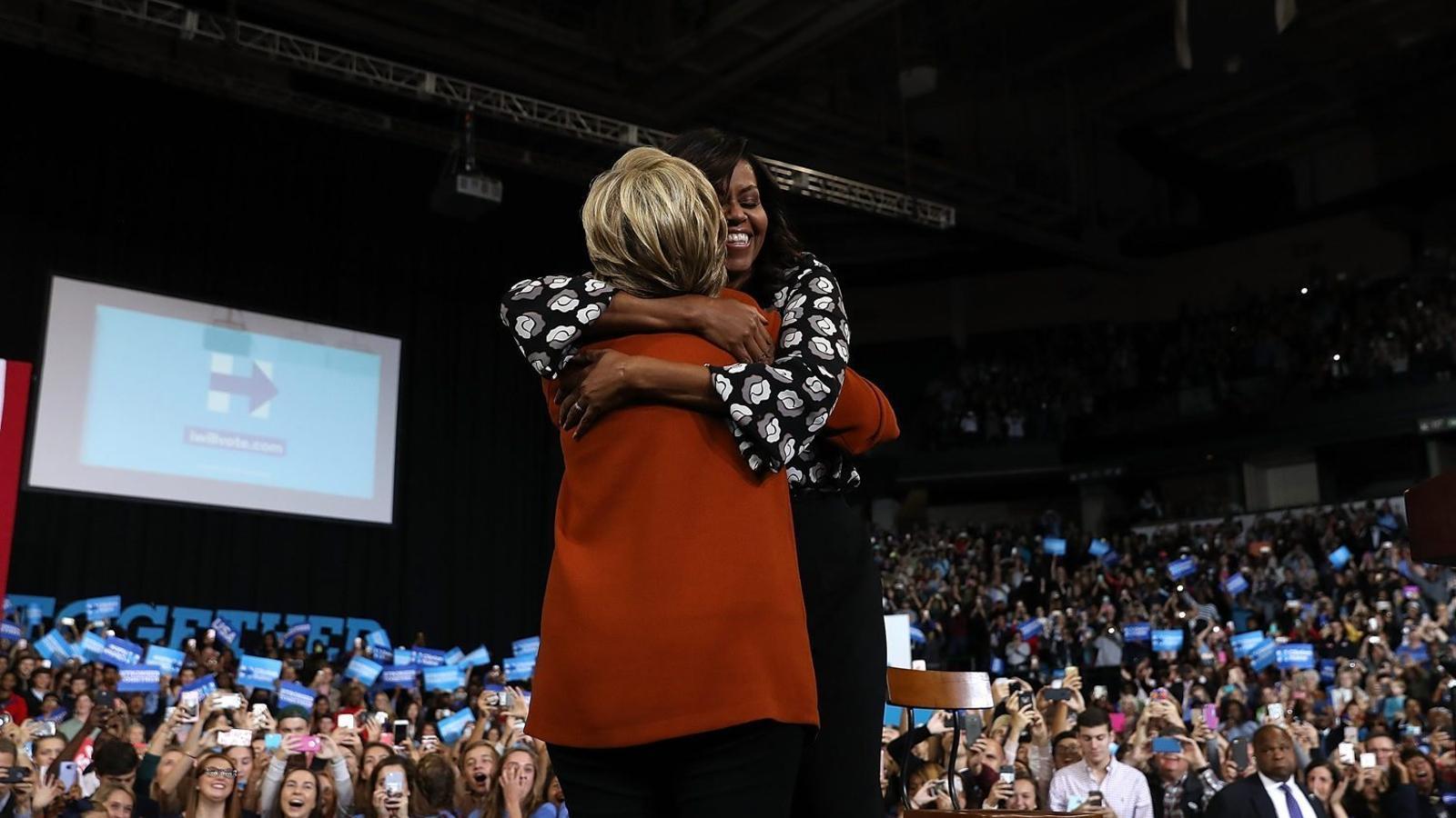 La primera dama es va fondre ahir en una abraçada amb Hillary Clinton a Carolina del Nord, un estat clau de les eleccions.