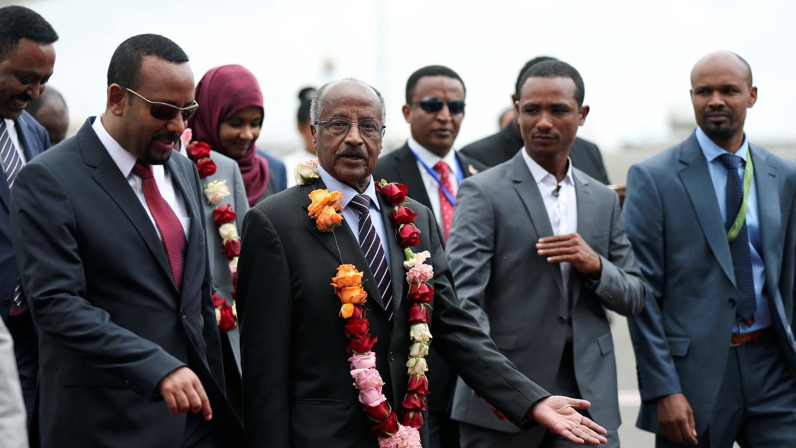 El primer ministre d'Etiòpia, Abiy Ahmed, rebent el ministre de Relacions Exteriors d'Eritrea, Osman Saleh, a l'aeroport Bole d'Addis Abeba