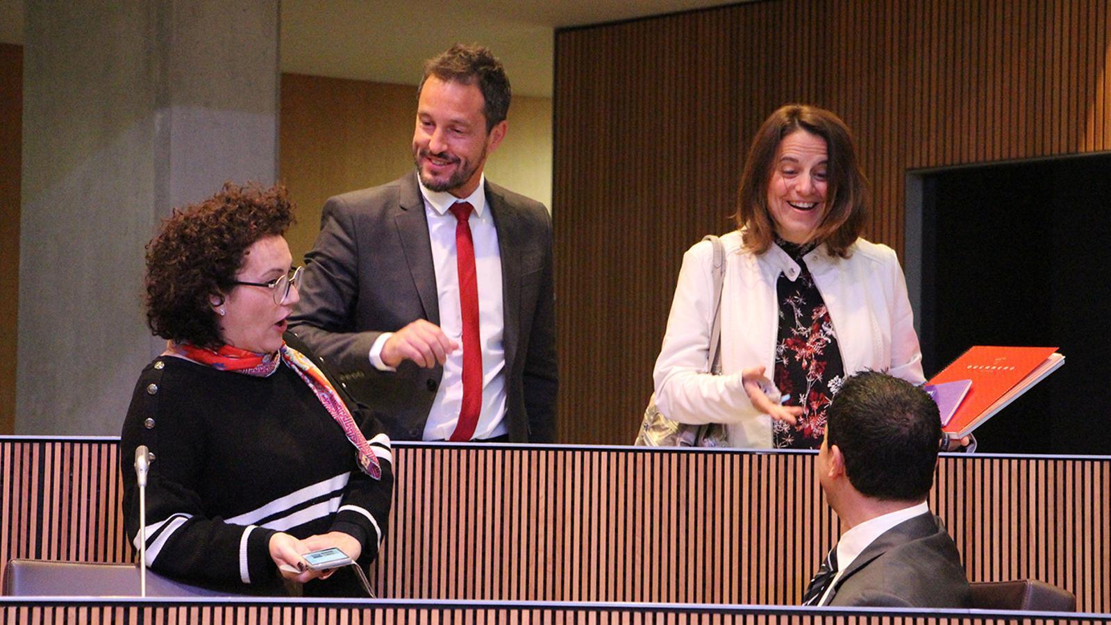 Els consellers liberals en la seva nova ubicació a la cambra conversen amb els consellers del PS, que anteriorment ocupaven aquestes cadires. / M. M. (ANA)