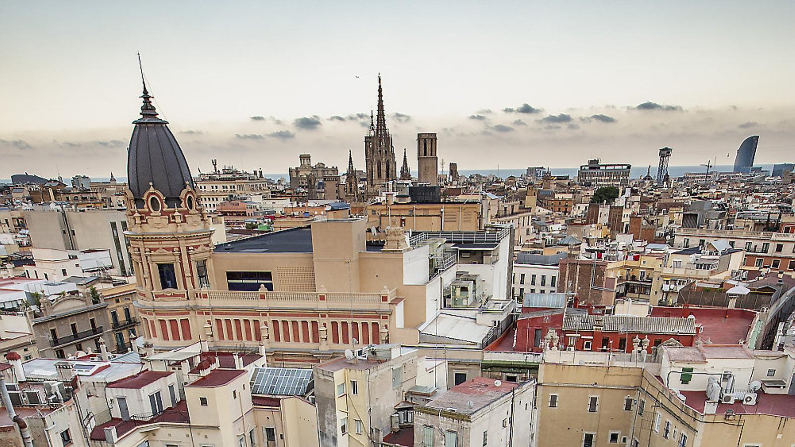 Vista zenital de l'església de Santa Anna, al centre de Barcelona, amagada pels edificis moderns.