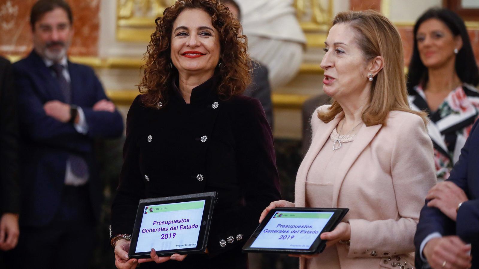 La ministra d'Hisenda, María Jesús Montero entrega a la presidenta del Congrés, Ana Pastor, el Projecte de Pressuposts