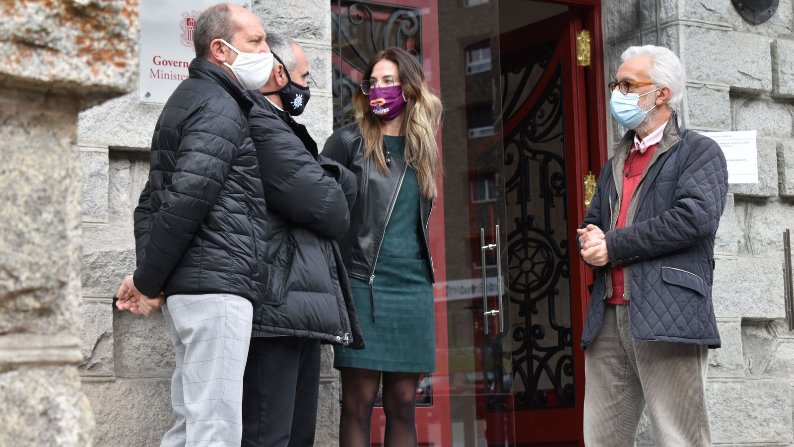 La ministra de Cultura i Esports, Sílvia Riva, juntament amb representants del CAP a les portes del ministeri de Cultura. / M. P. (ANA)
