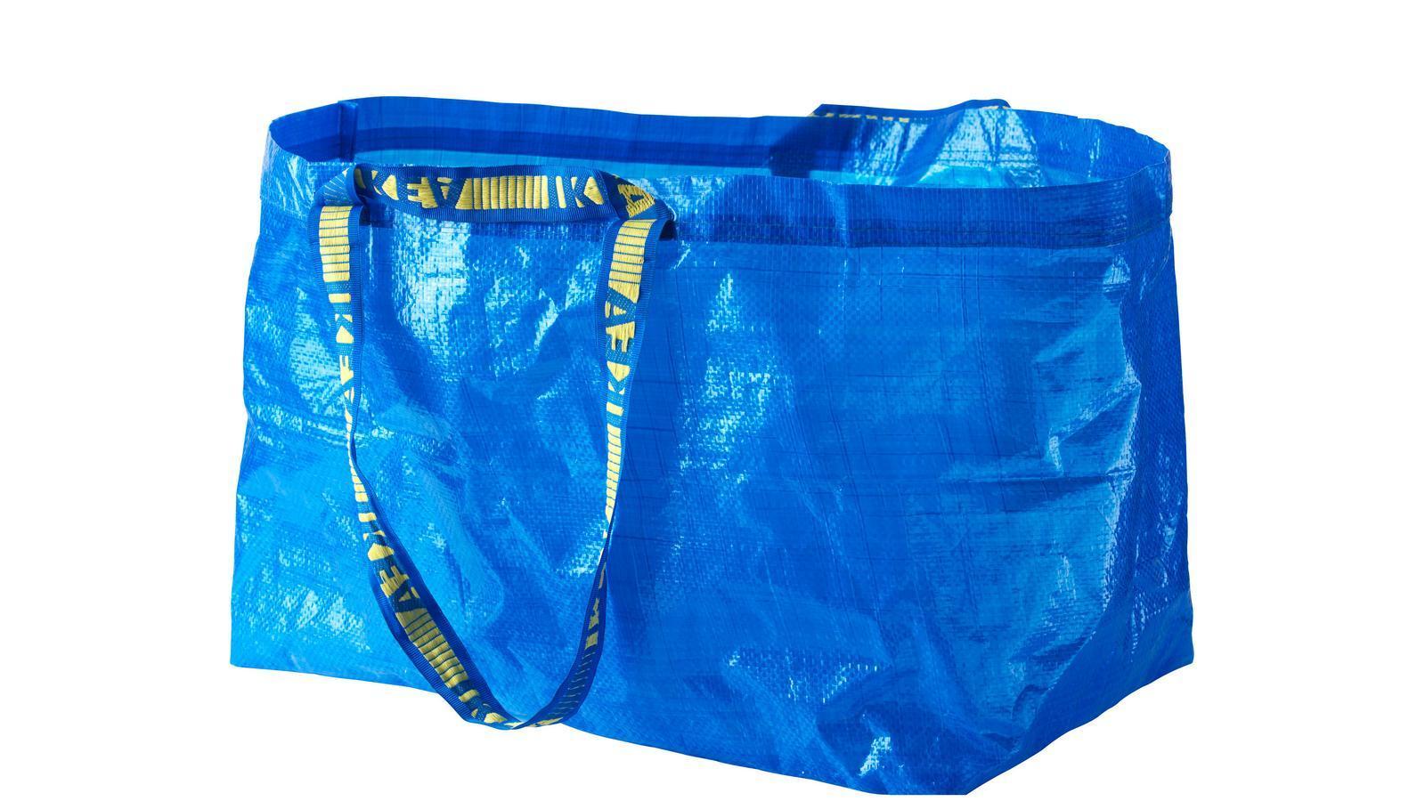 Balenciaga copia la bolsa azul de Ikea y la vende por 1.700