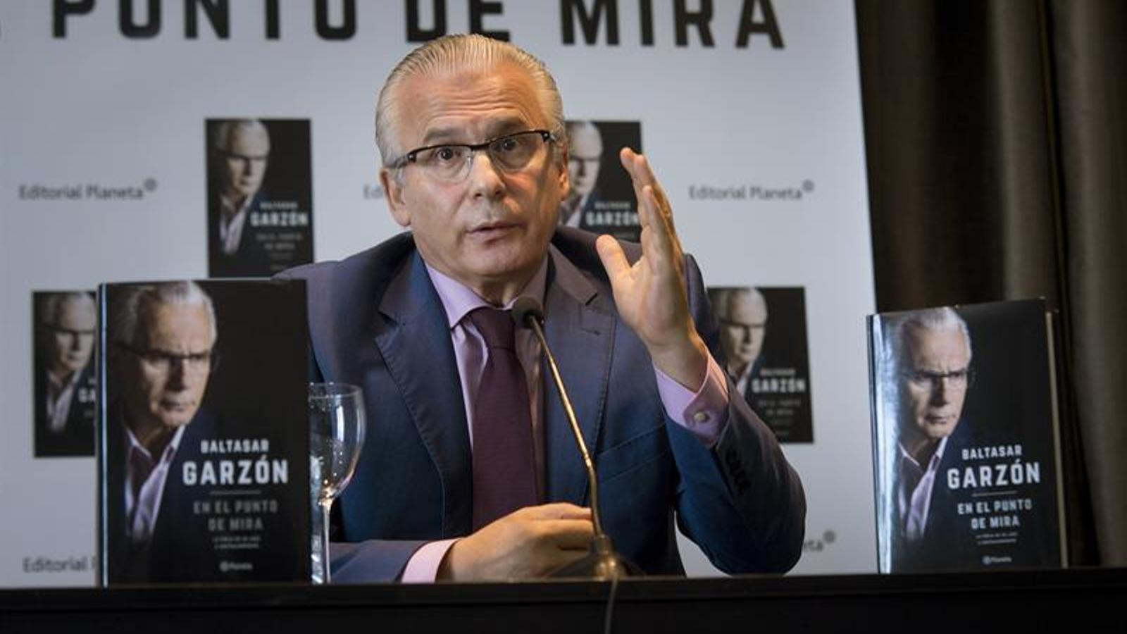 L'advocat i exjutge de l'Audiència Nacional Baltasar Garzón ha presentat avui el  seu últim llibre, 'En el punto de mira' (Planeta). EFE
