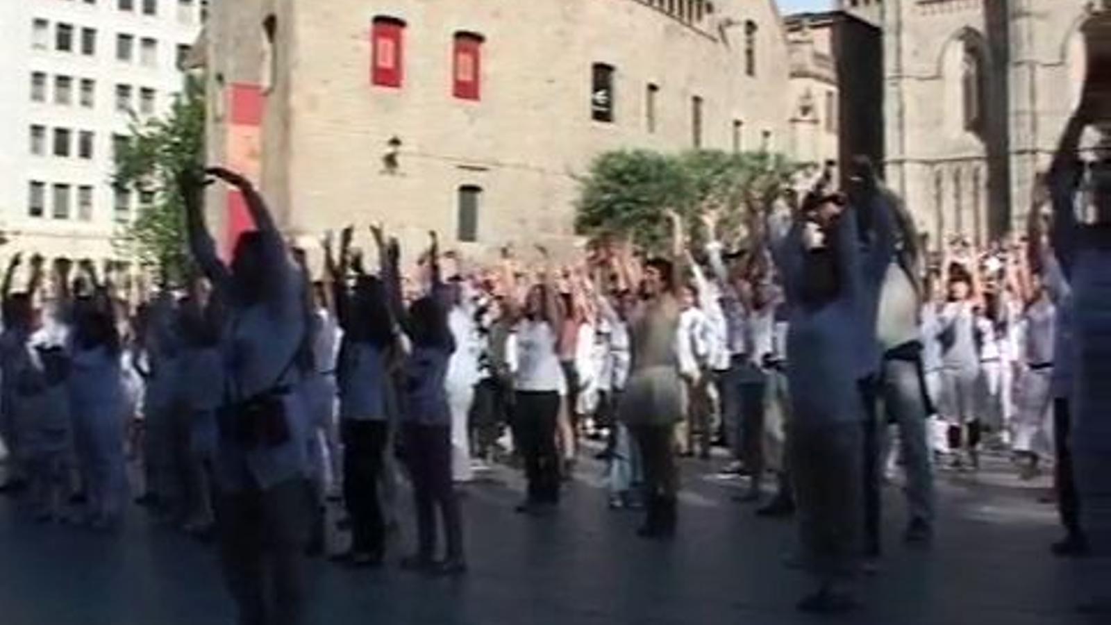 Una coreografia d''I will survive' per celebrar el dia internacional de la dansa a la plaça de la catedral de Barcelona