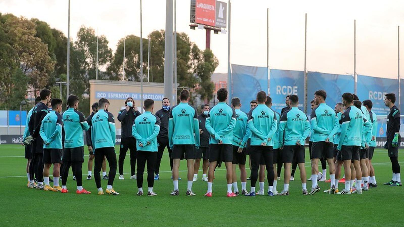 La plantilla de l'Espanyol, durant un entrenament a la Ciutat Esportiva Dani Jarque
