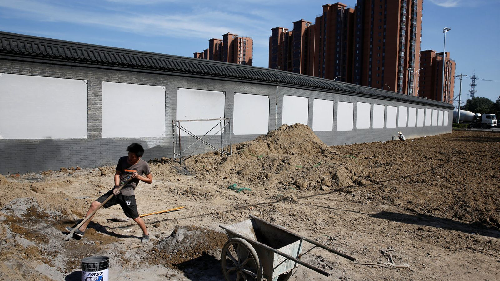 Un home treballant en una construcció en una nova zona residencial de Pequín, que té uns 21 milions d'habitants.