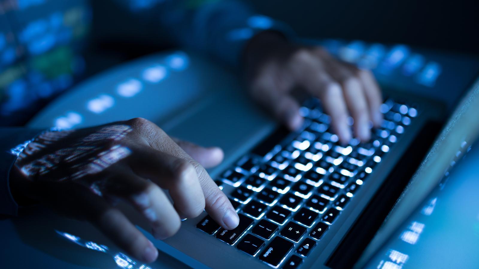 Un home fent servir un ordinador
