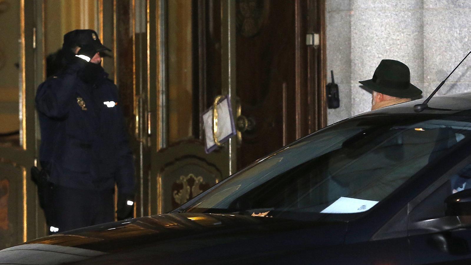 El jutge Pablo Llarena, amb barret, entrant dilluns al Tribunal Suprem.