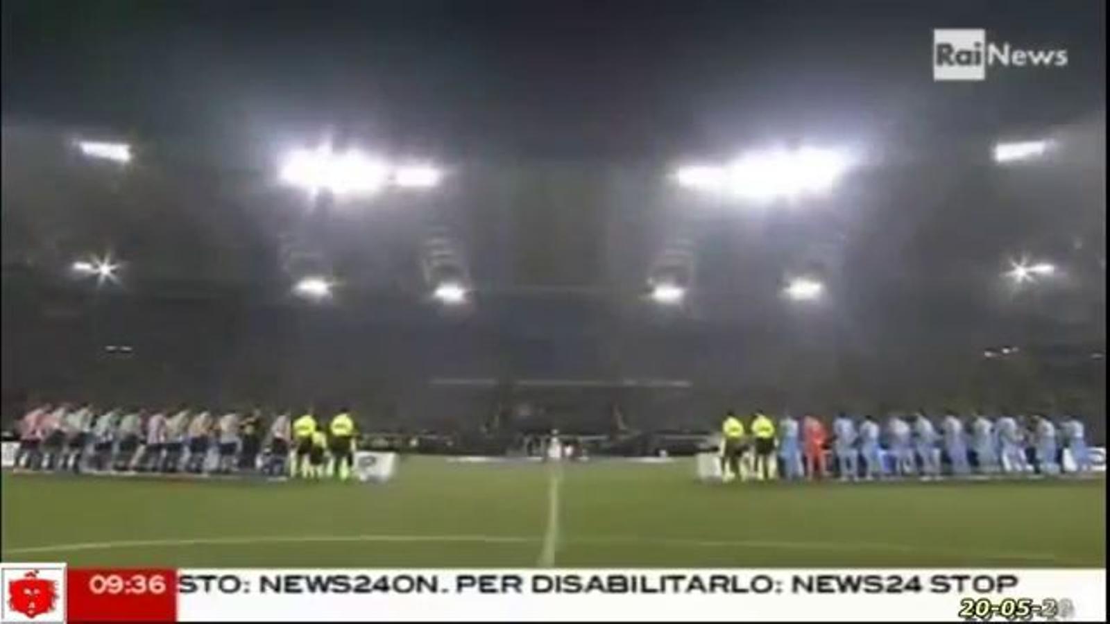 Els aficionats del Nàpols xiulen l'himne italià abans de la final de Copa