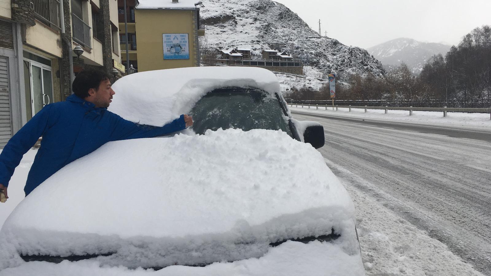 Un conductor neteja la neu del cotxe. M. T.