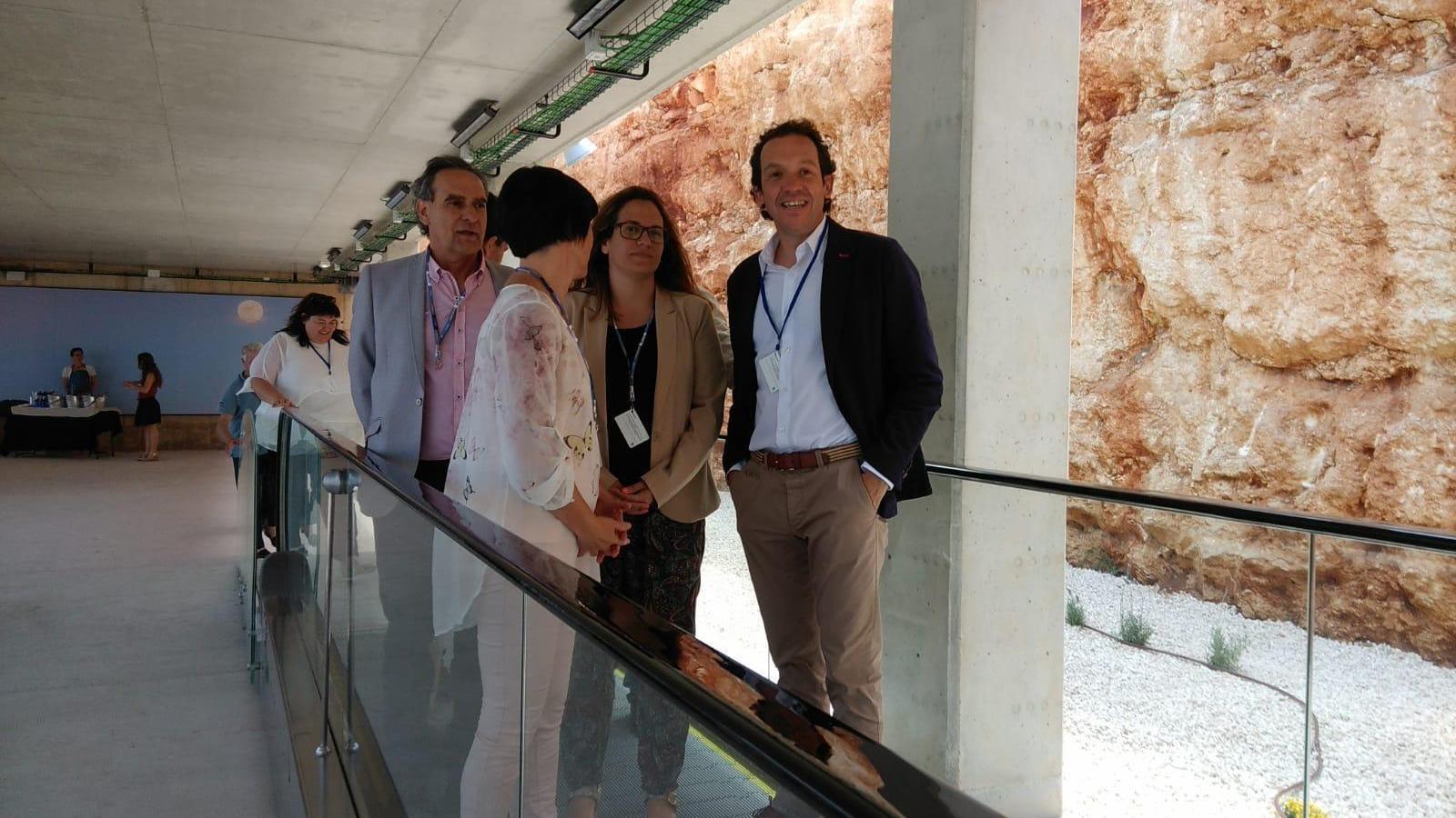 Marc Pons ha presentat el projecte d'instal·lació de plaques solars acompanyat de representants de diverses institucions.