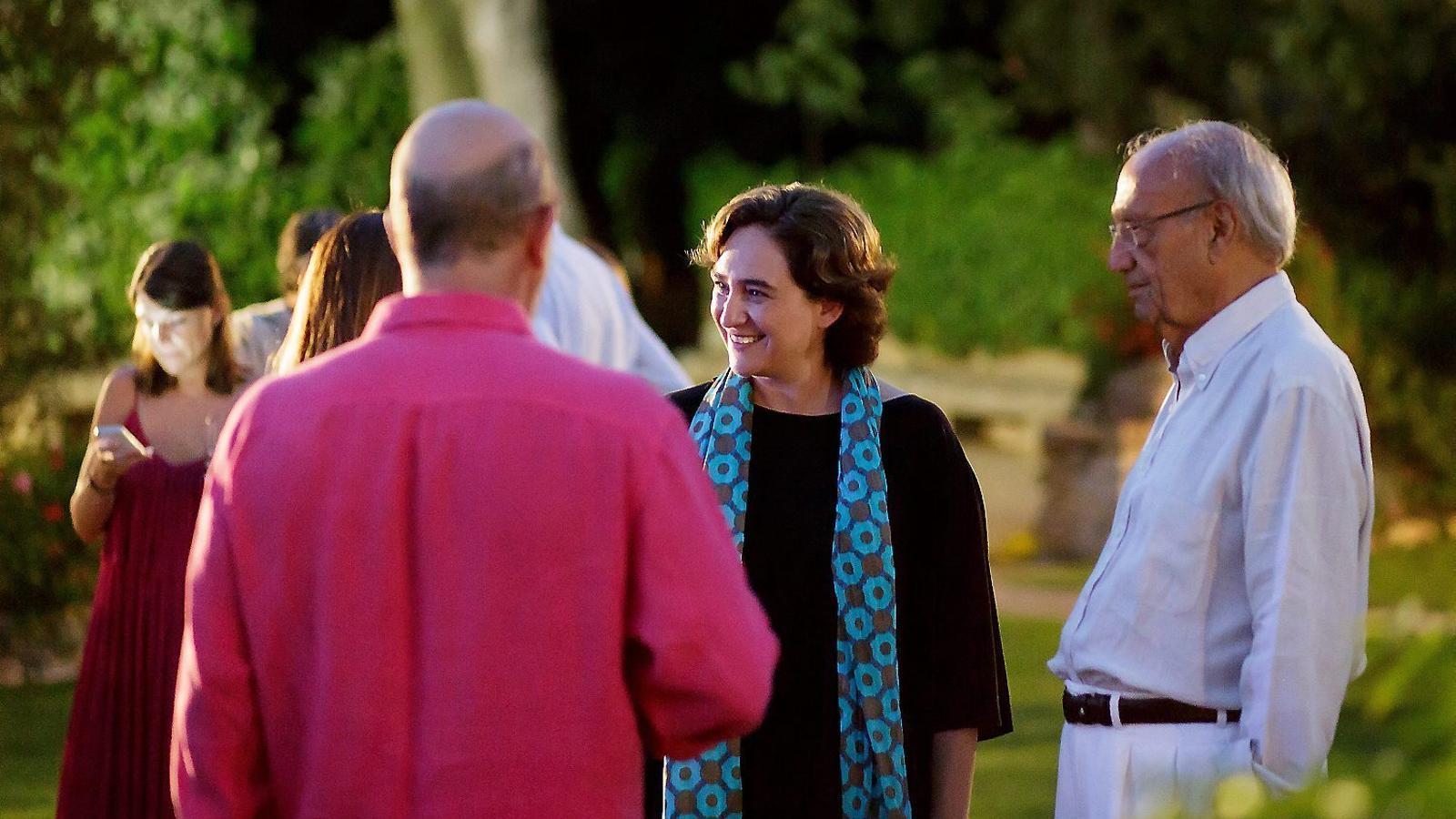 L'alcaldessa de Barcelona, Ada Colau, amb l'amfitrió, Pere Portabella, a la seva esquerra durant un moment de la vetllada.