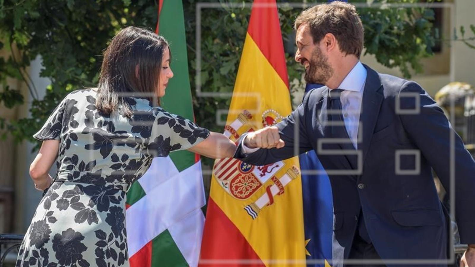 El líder del PP, Pablo Casado, i la cap de files de Cs, Inés Arrimadas, saludant-se aquest diumenge en un acte de campanya conjunt a Euskadi