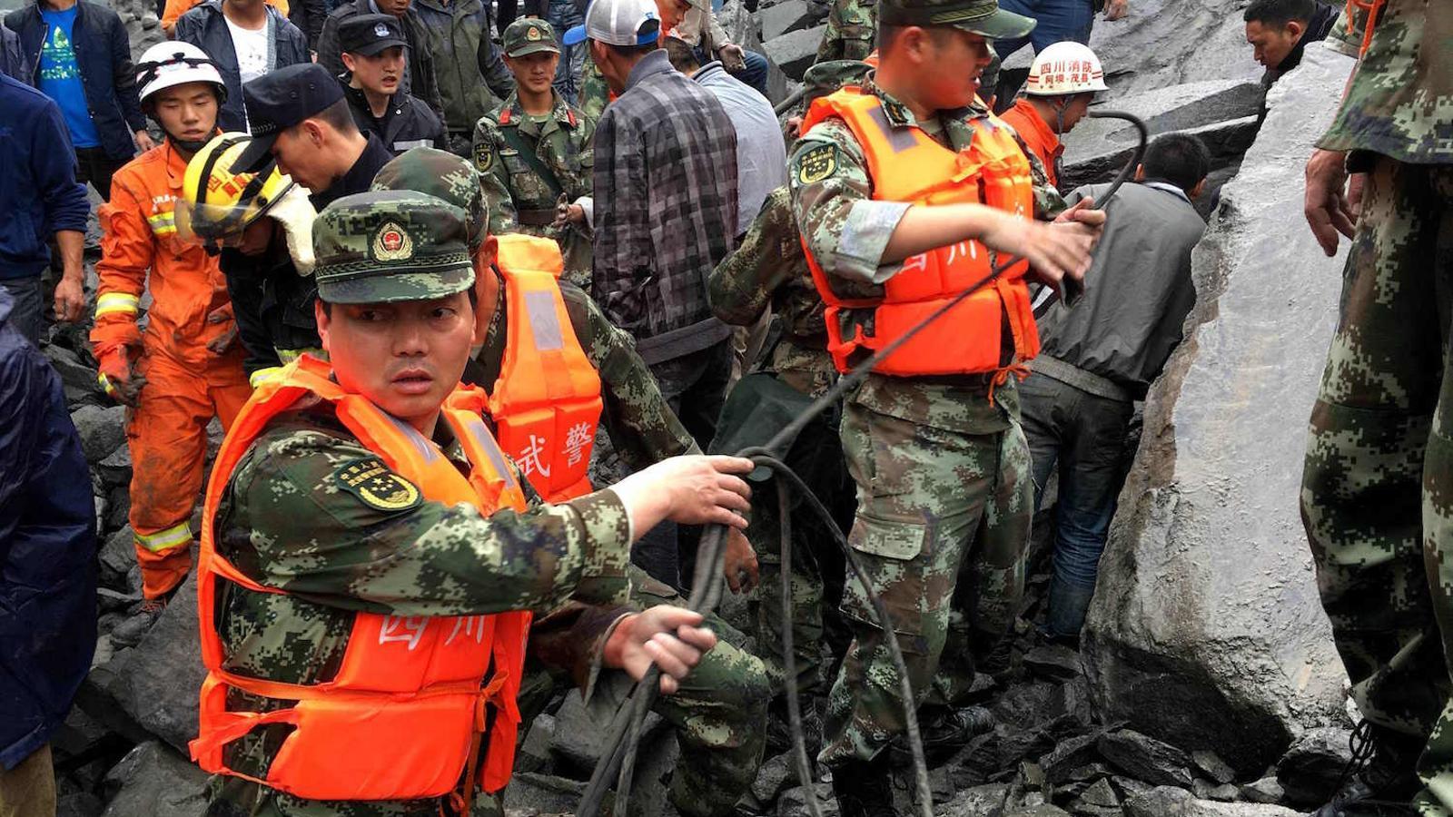 Equips de rescat treballant a la zona de l'esllavissada que ha sepultat un poble a Sichuan, a la Xina