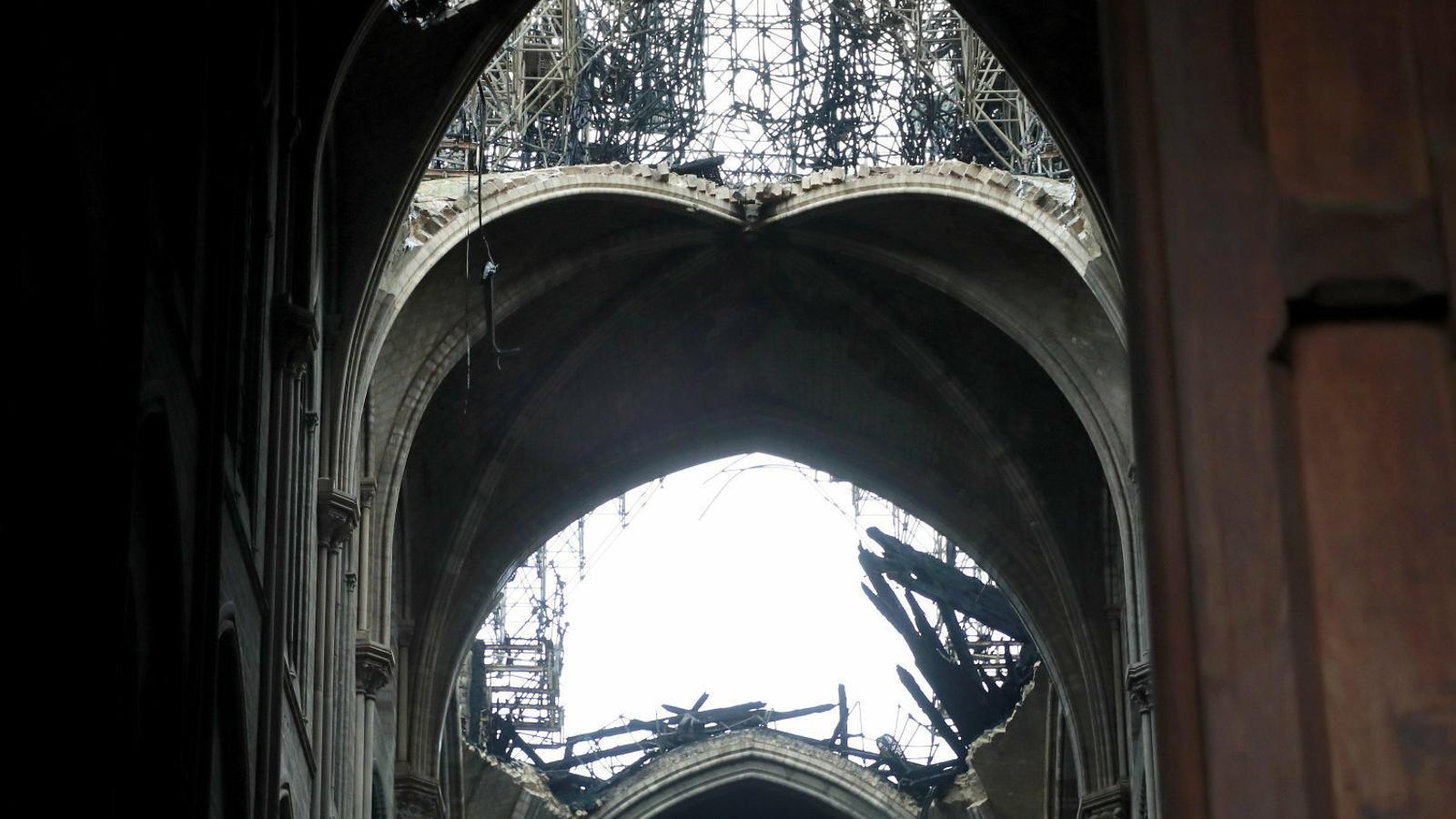 Imatge interior de la catedral amb el sostre completament destruït.