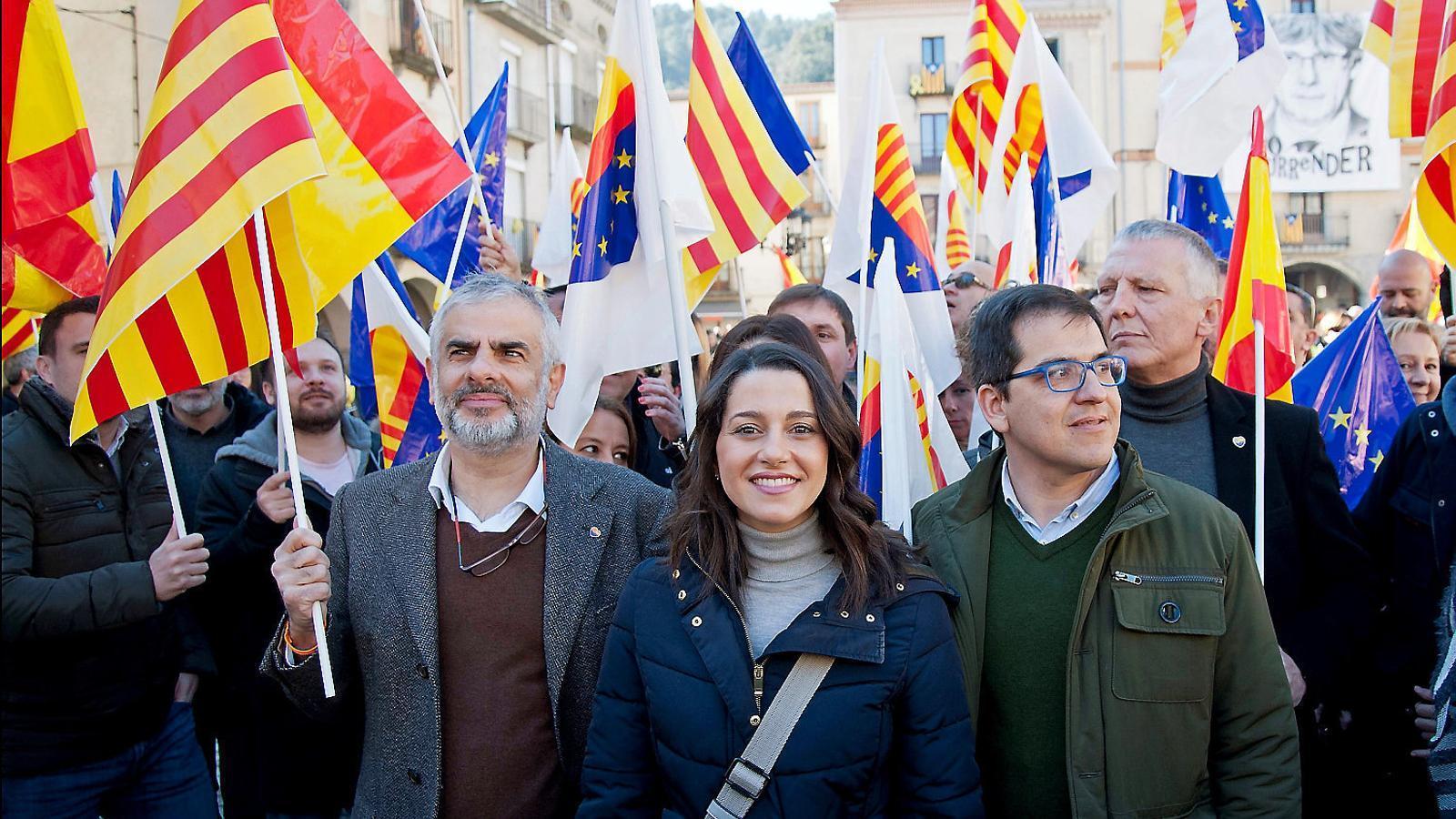 Arrimadas fa campanya al poble de Puigdemont, que la rep amb els comerços tancats