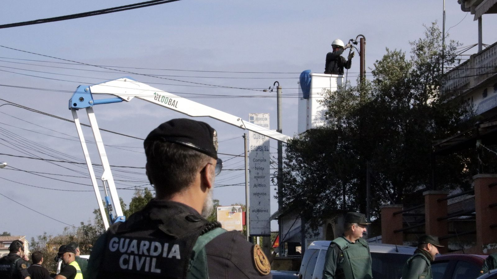 Operaris tallant cables de connexions fraudulentes a Maçanet