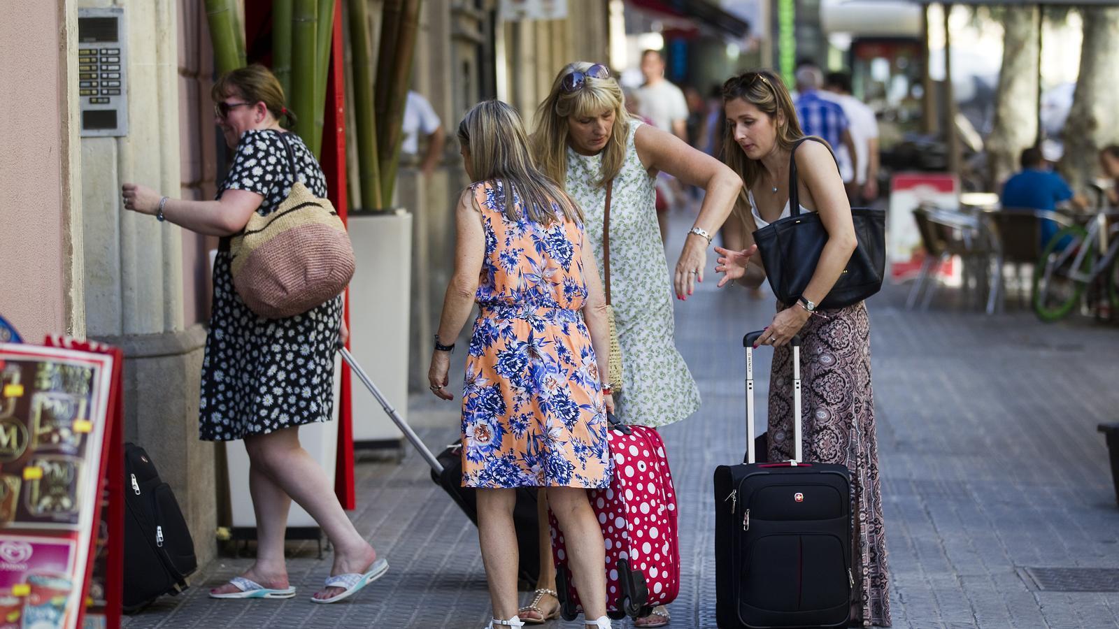Un grup de turistes, a punt d'entrar a un apartament turístic / FRANCESC MELCION