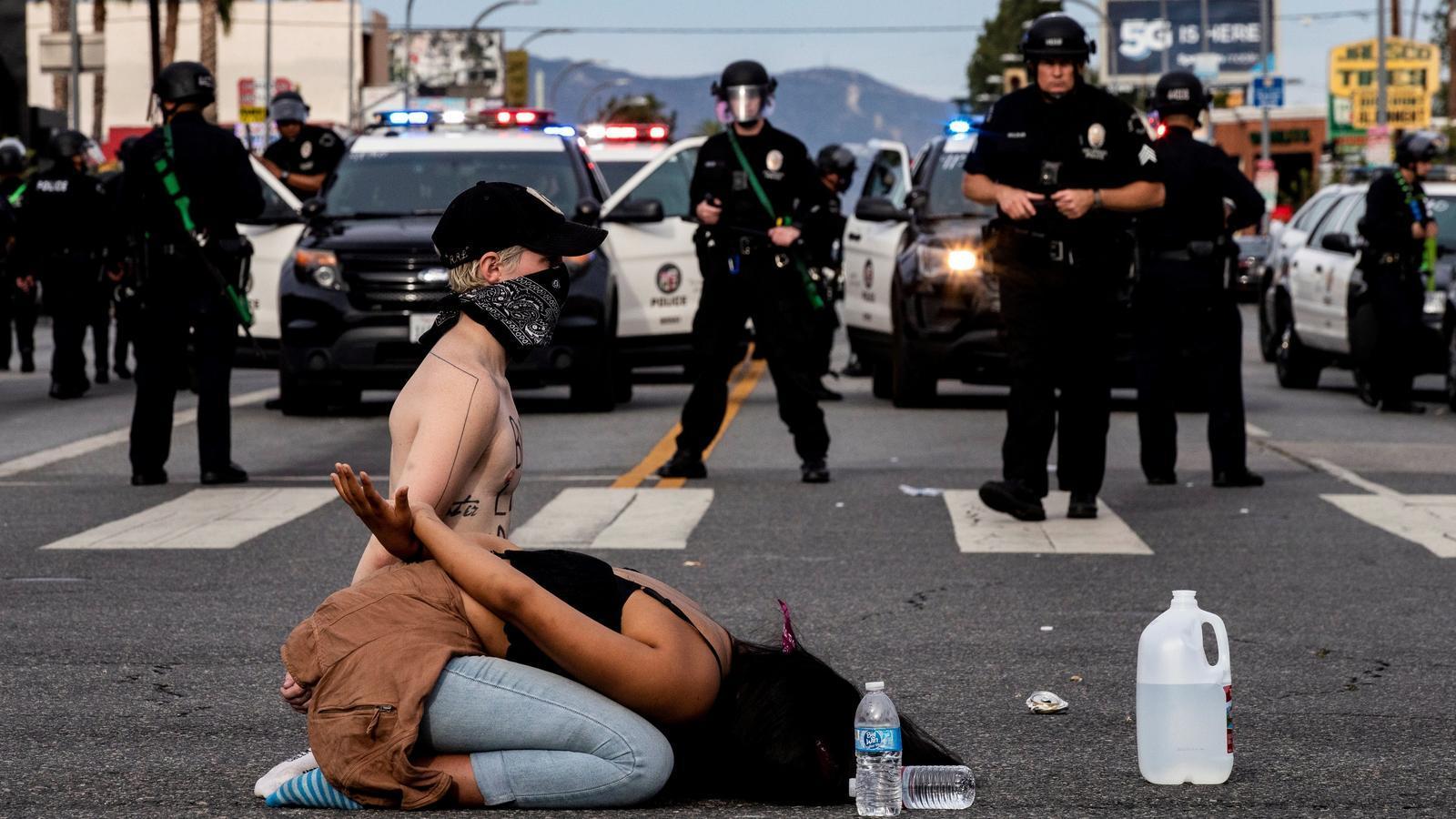 Protesta a Los Angeles, a Califòrnia, per la mort de George Floyd.