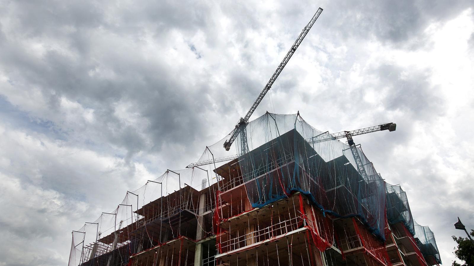 Un edifici de pisos en obres a la ciutat de Barcelona.
