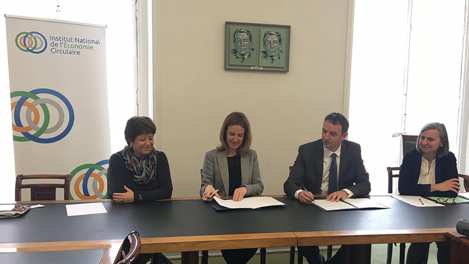 D'esquerra a dreta, l'ambaixadora d'Andorra a França, Cristina Rodríguez; la ministra de Medi Ambient i Sostenibilitat, Sílvia Calvó; el president de l'Institut d'Economia Circular de França, François-Michel Lambert, i l'ambaixadora de França a Andorra, Jocelyne Caballero, durant la signatura. / SFG
