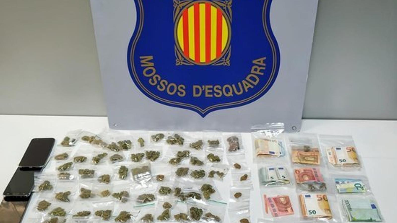 Imatge de la droga intervinguda durant la detenció de deu adults i vuit menors a l'Hospitalet de Llobregat