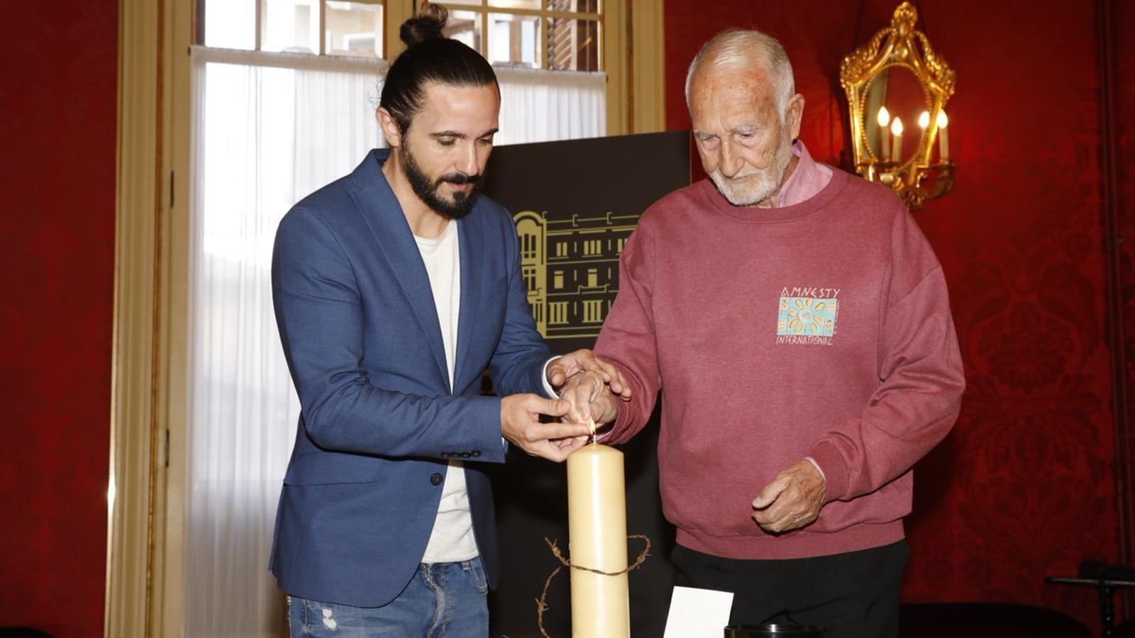 El president del Parlament, Baltasar Picornell, i el coordinador d'Amnistia Internacional, Paco Palacios.