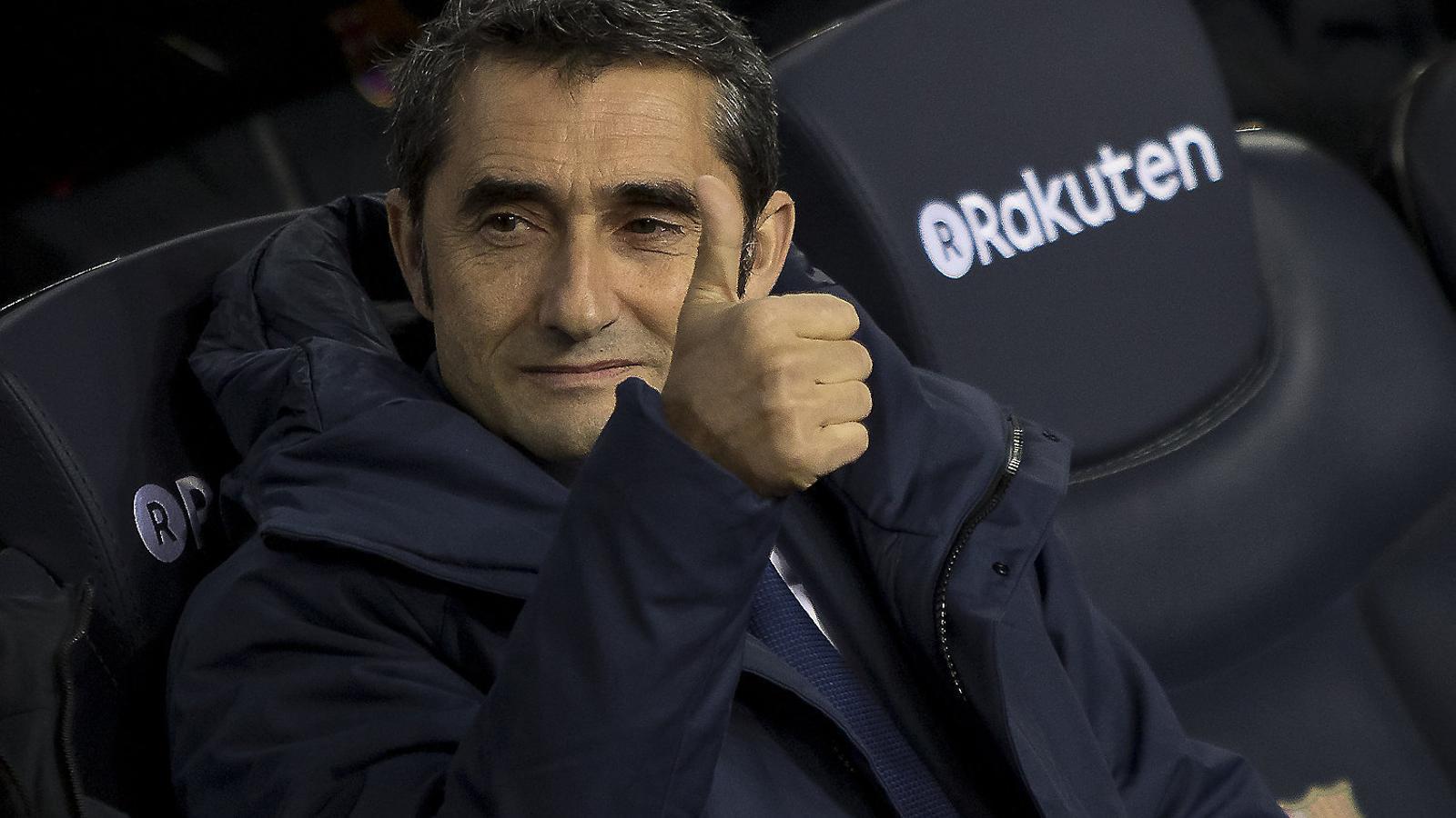Al seient del costat de Valverde no hi ha Jon Aspiazu fins al segon temps. El primer el veu des de la graderia.